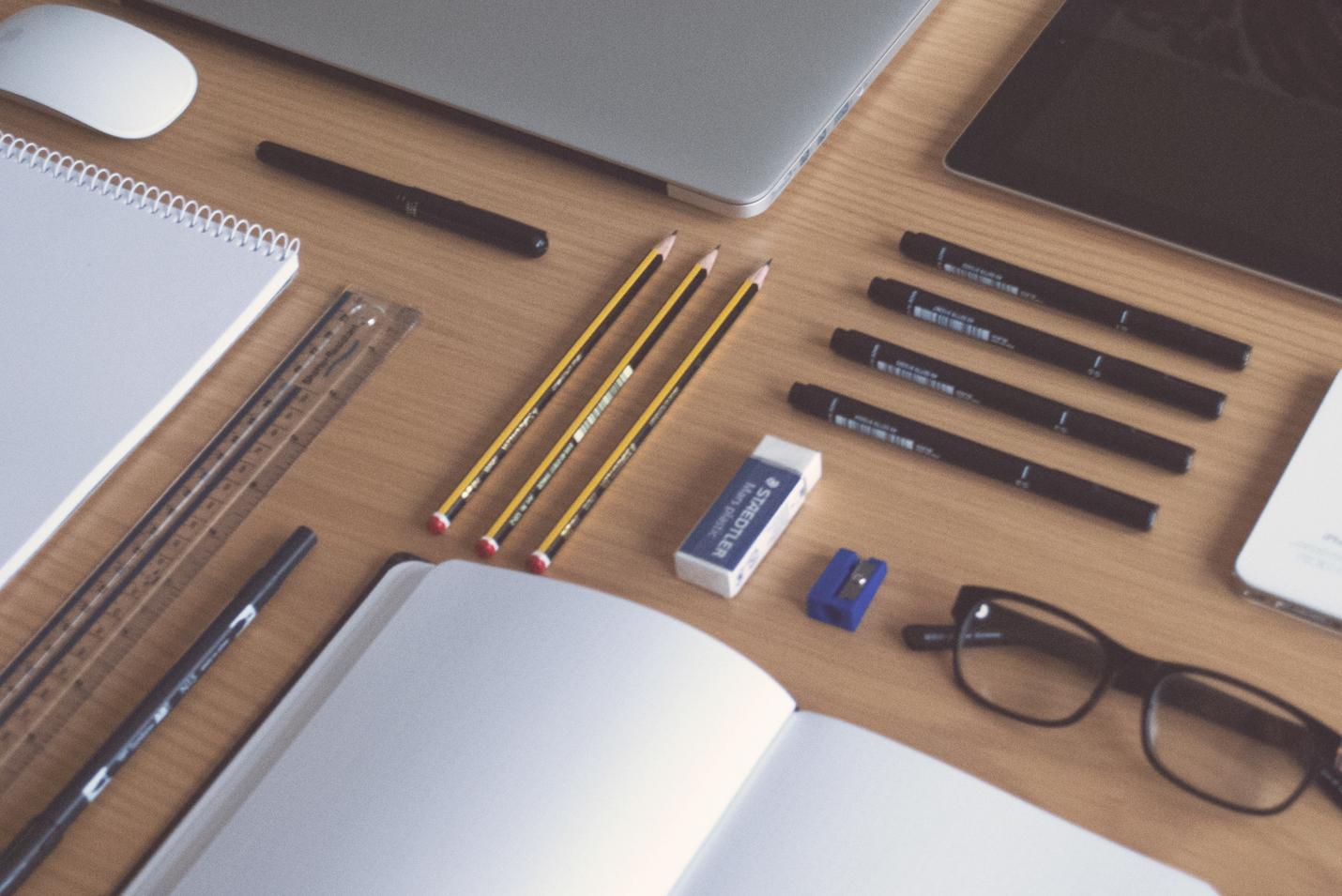 fournitures de bureau bien rangés et organisés pour un service administratif efficace