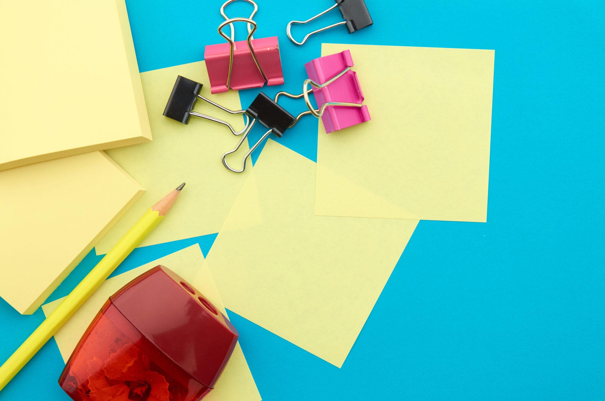 Post it, taille crayon et agrafes pour l'organisation des dossiers des clients