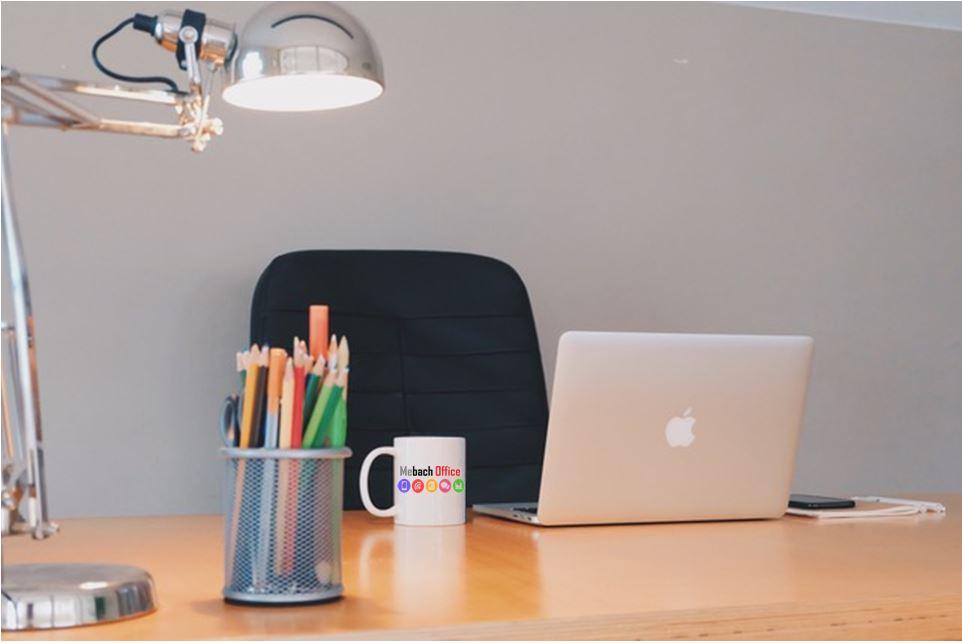 Bureau Mebach Office avec pot à crayon, ordinateur, chaise vide, lampe sur bureau. Environnement calme, zen pour créer des contenus de qualité.