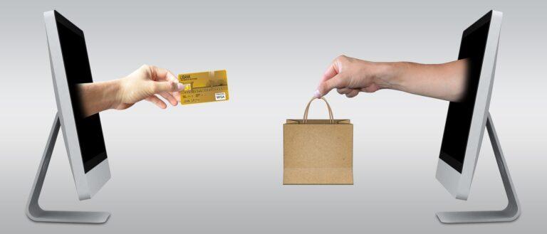Une main échange un carte de crédit contre un paquet. Les deux mains sortent chacune d'un écran d'ordinateur symbolisant les sites internets