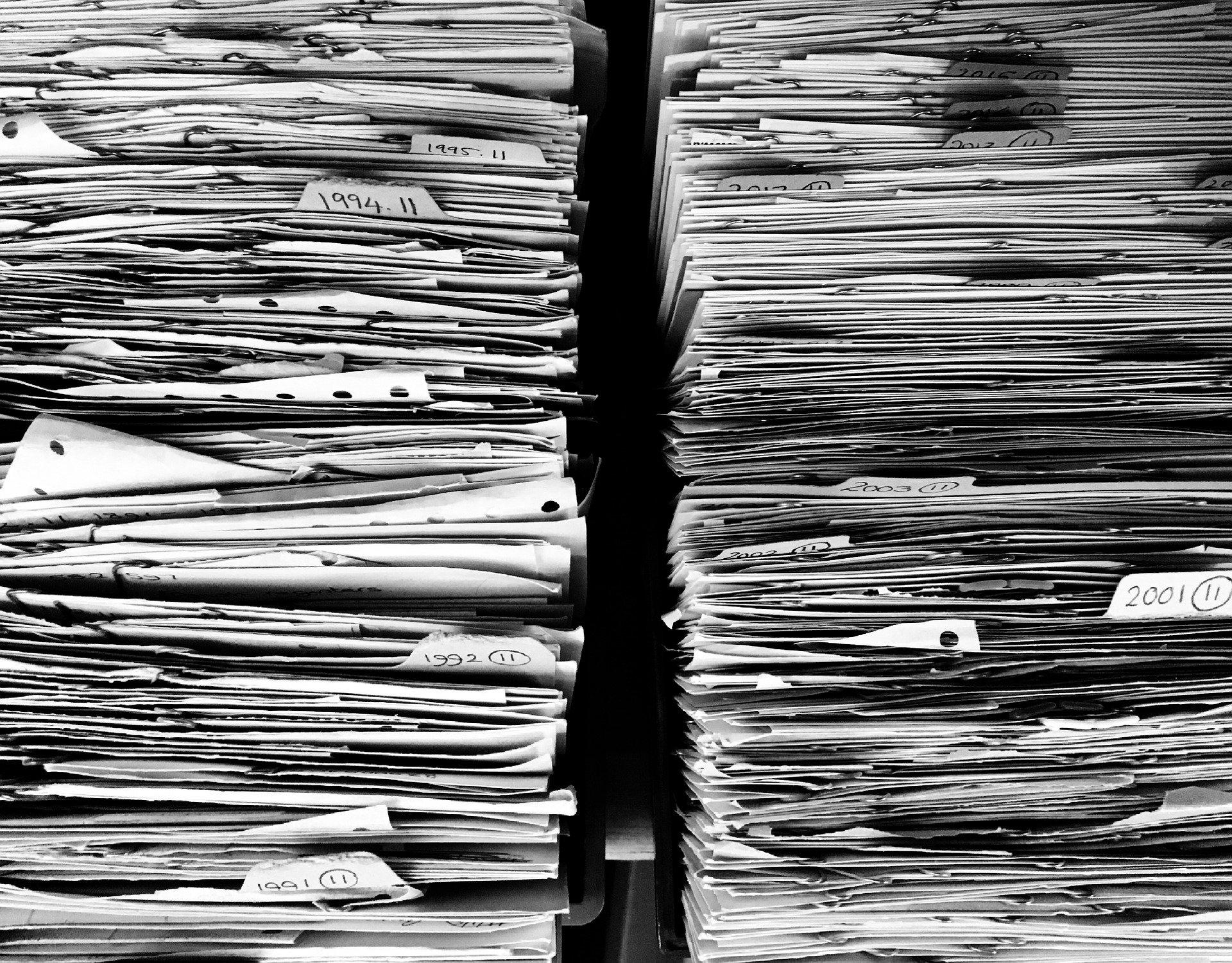 pile de contrats en papier libre ordonnés