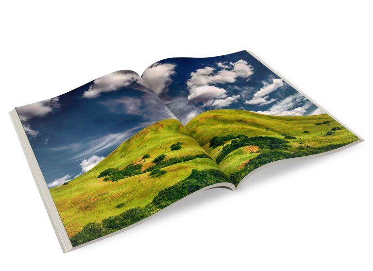 magazine ou brochure ouverte avec paysage à l'intérieur